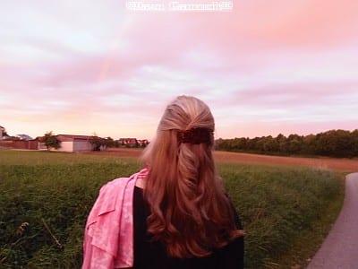 Dawn schaut in die Landschaft